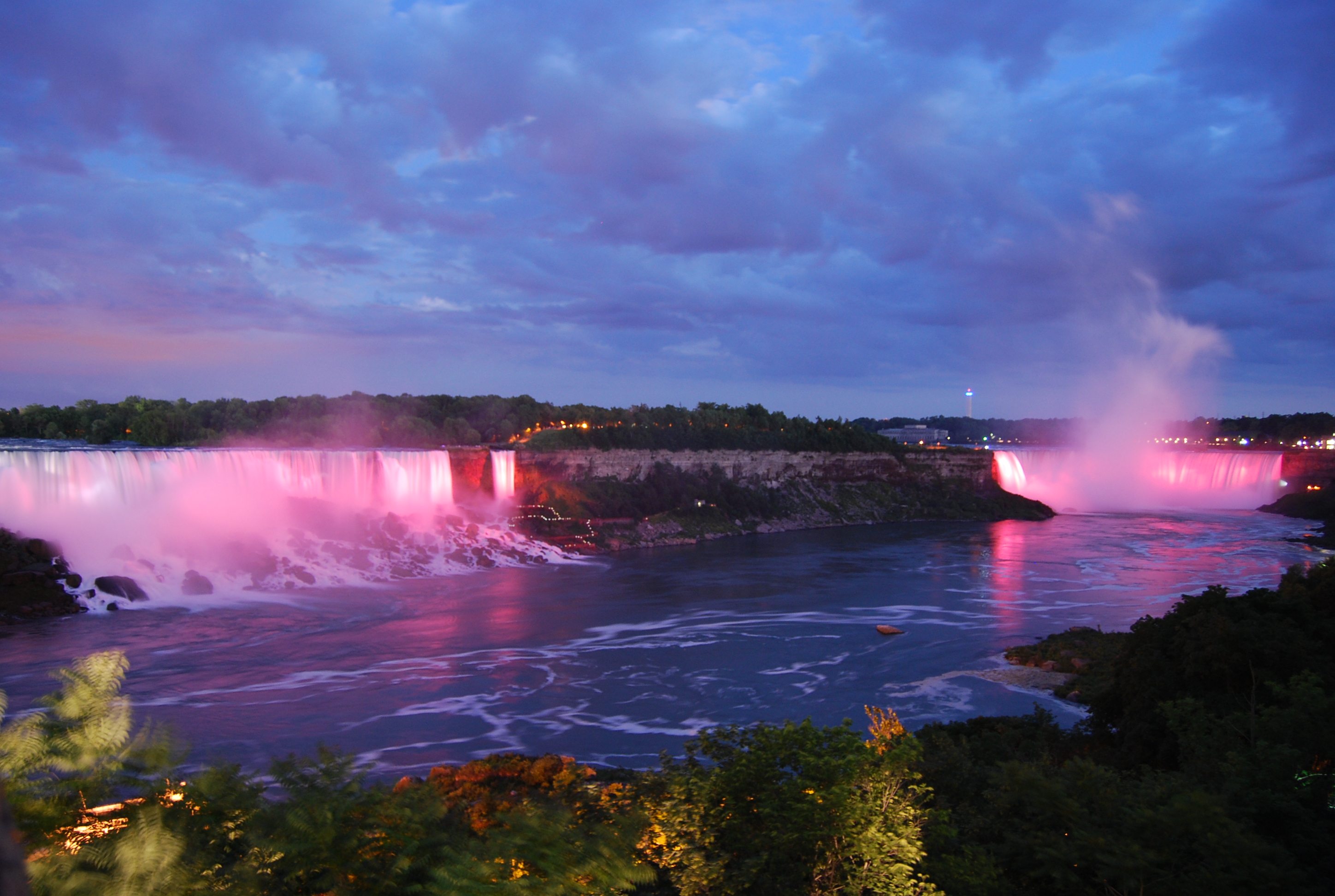 Niagra_Falls_at_night