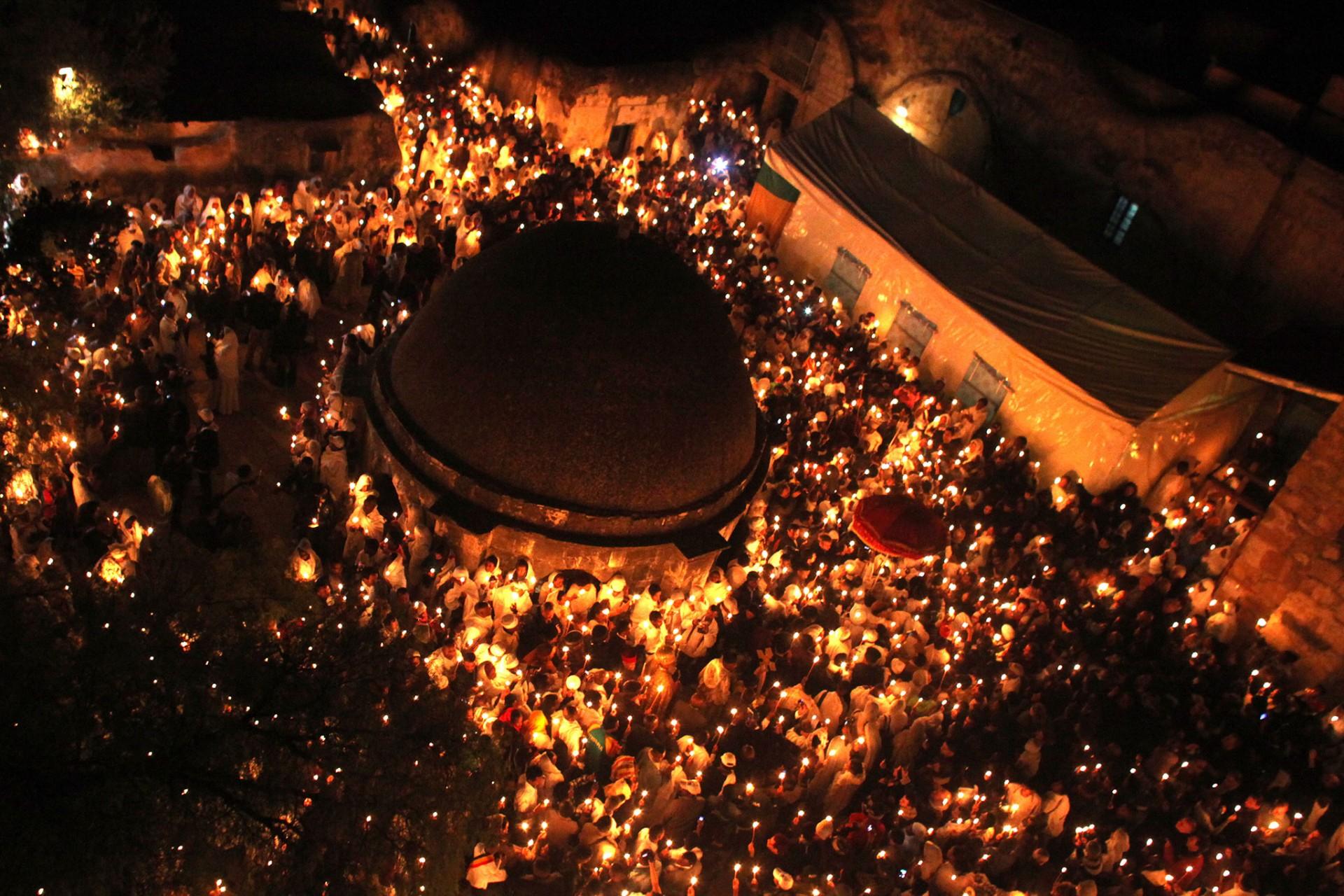 Фото толпы людей в городе