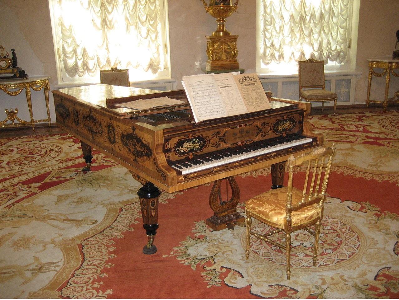 Рояль в красивой комнате