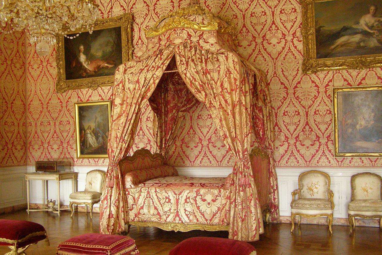 Версальский_дворец_изнутри_кровать_с_балдахином