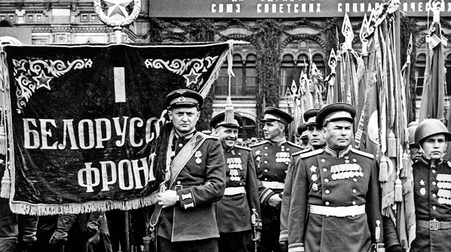 parad-pobedi-1945-Beloruskiy-front-znamja-Moskva-krasnaja-ploshad