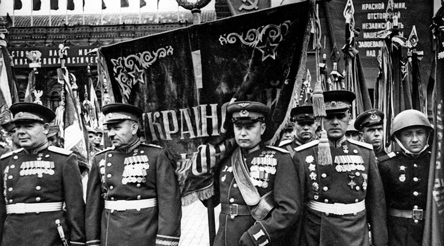 parad-pobedi-1945-Ukrainskiy-front-znamja-Moskva-krasnaja-ploshad
