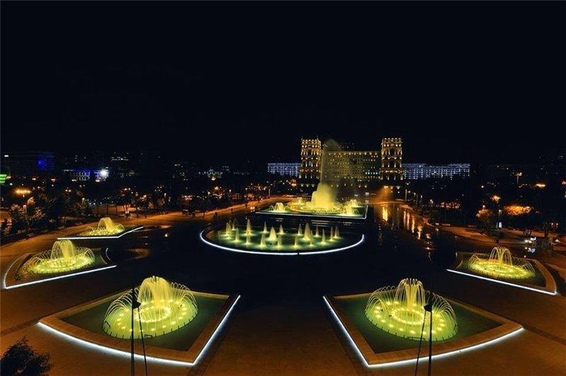 площадь-фонтанов-ночью-Баку-Азербайджан