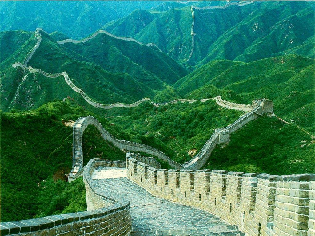 Великая_Китайская_Стена_Китай_зеленый_луг_вокруг