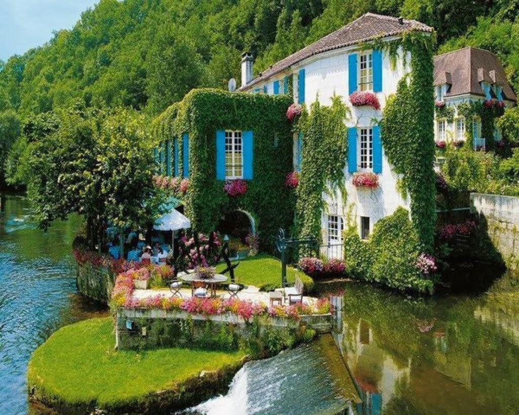 Grass-Hotel-Facade-Brantome-France