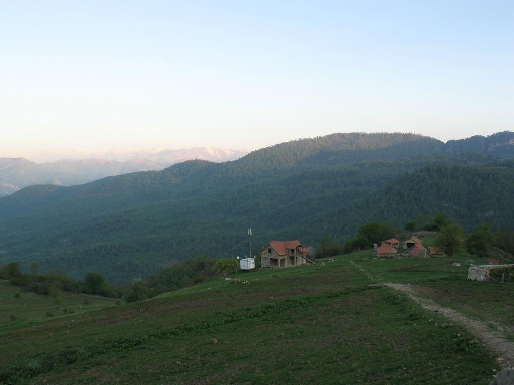 Иджеван_Армения.зеленые_луга_горы_красивая_природа