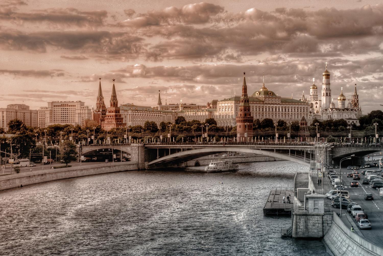 Moscow_vid_s_mosta_vid_na_Kreml_Russia