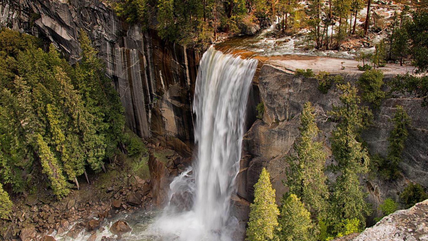 vodopad_vernal_vernal_falls_usa_national_park_josemiti