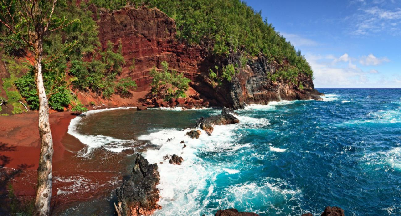 Red_Sand_Beach_Kaihalulu_Hawai_island